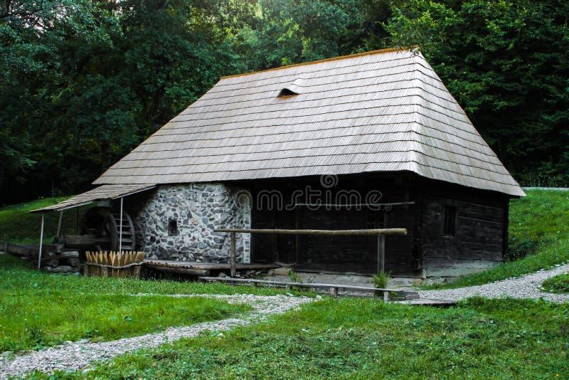 Une vieille maison de moulin dans les bois photo libre de droits