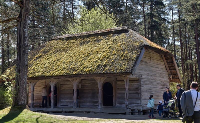 Une vieille maison en bois dans le musée ethnographique letton photos libres de droits