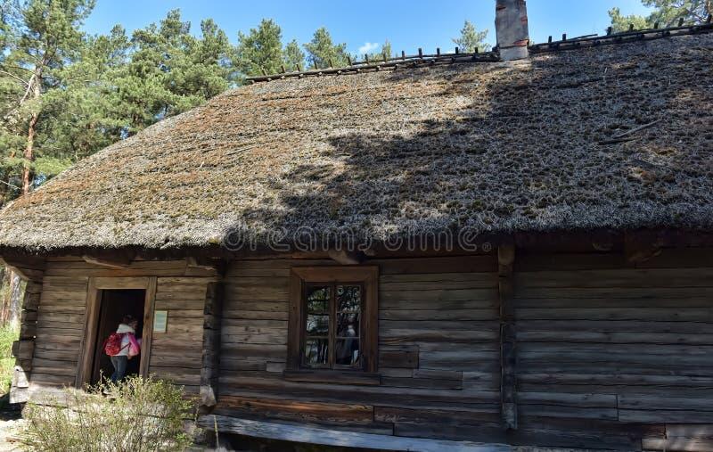 Une vieille maison en bois dans le musée ethnographique letton photographie stock
