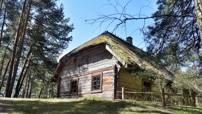 Une vieille maison en bois dans le musée ethnographique letton image stock