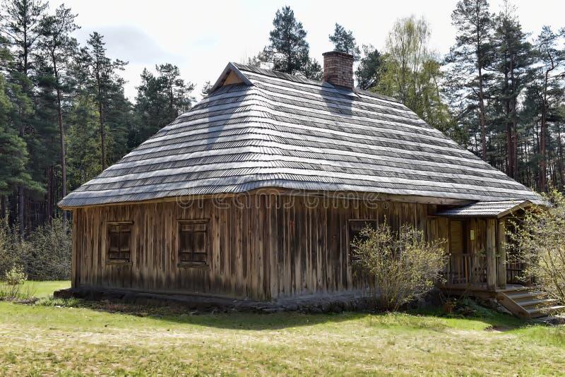 Une vieille maison en bois dans le musée ethnographique letton images stock