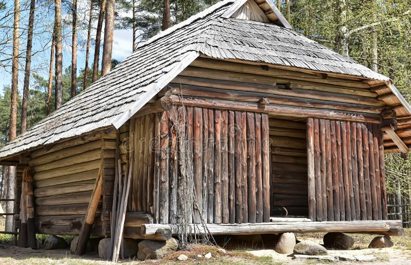 Une vieille maison en bois dans le musée ethnographique letton photo libre de droits