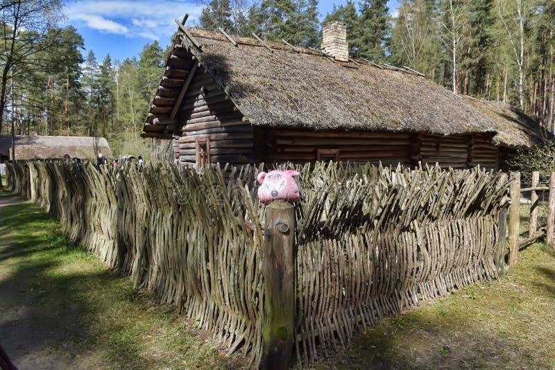 Une vieille maison en bois dans le musée ethnographique letton photographie stock libre de droits