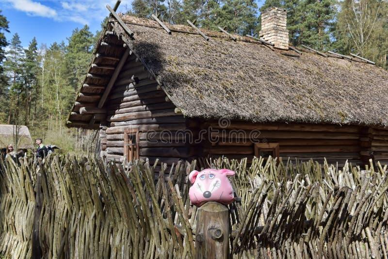 Une vieille maison en bois dans le musée ethnographique letton images libres de droits