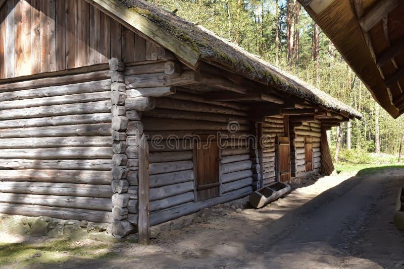 Une vieille maison en bois dans le musée ethnographique letton photo stock