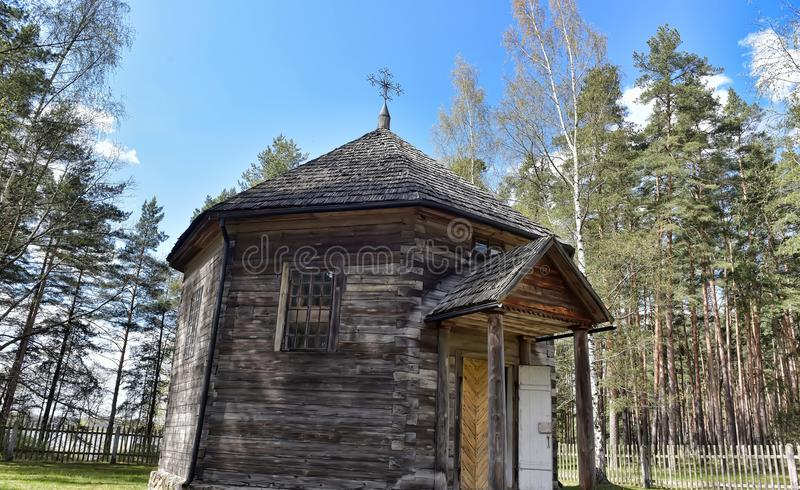Une vieille maison en bois dans le musée ethnographique letton image libre de droits
