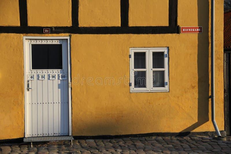 Une vieille maison près du port au Danemark images libres de droits
