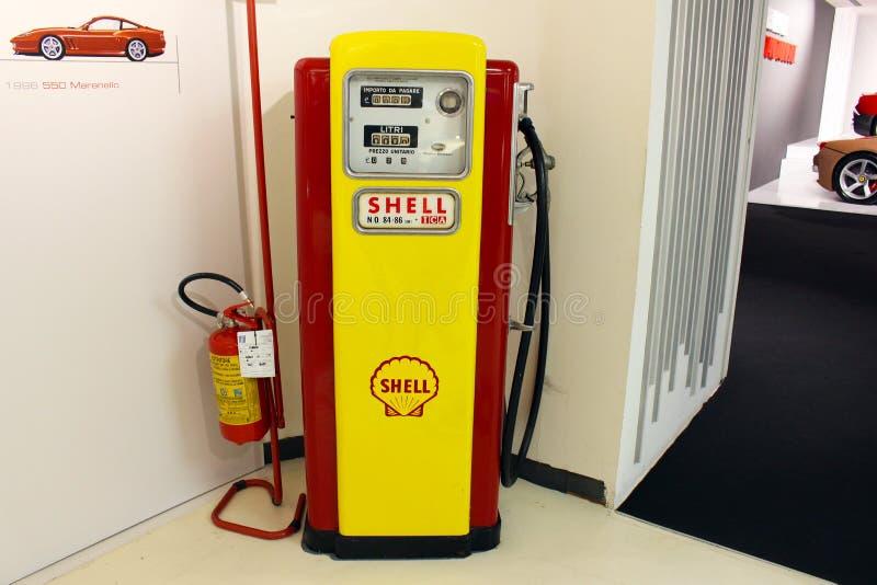 Une vieille pompe à essence dans le musée de Ferrari, Maranello, Italie photo stock