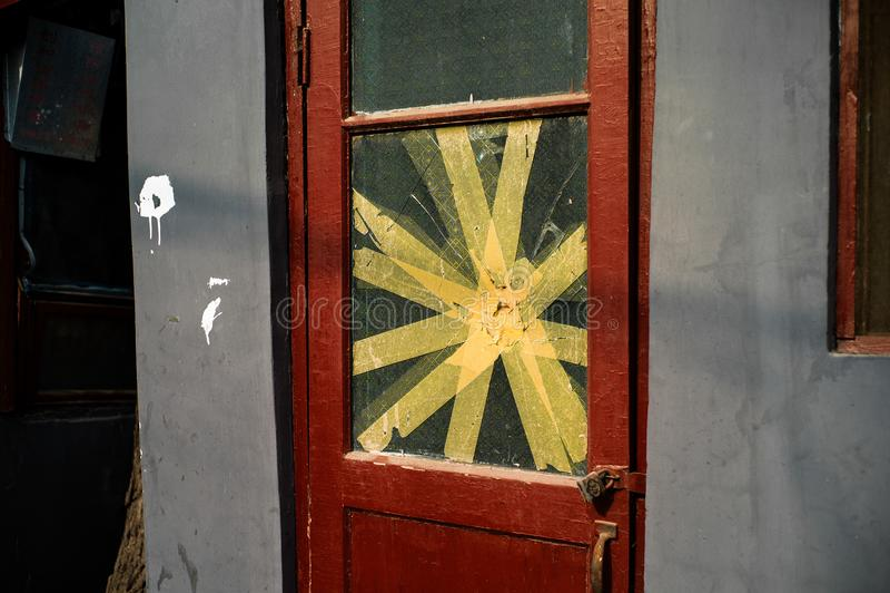 Une vieille porte d'une maison de Pékin dans Hutong photo stock