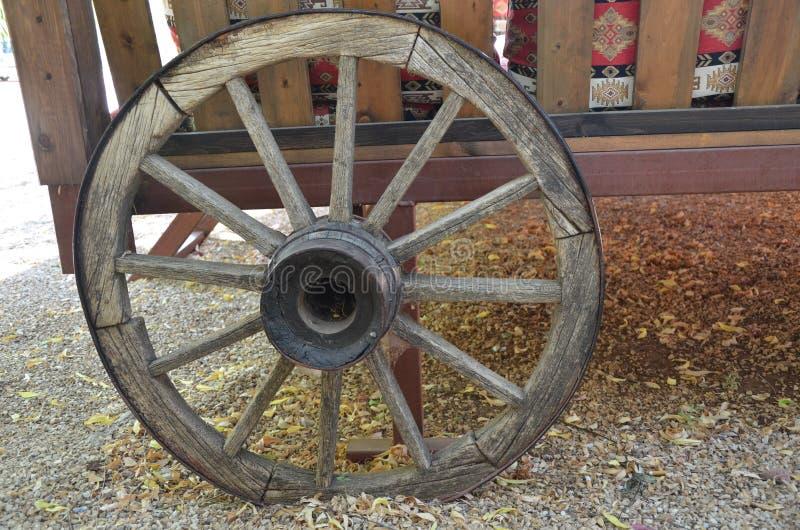 Une vieille roue d'entraîneur image libre de droits