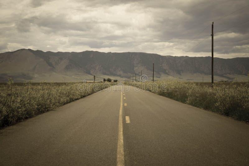 Une vieille route rustique menant à la montagne de moutons à partir du lac Hattie, Laramie, Wyoming image libre de droits