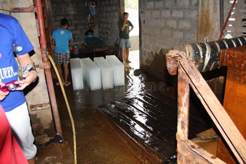 Une vieille usine de glace dans un emplacement à distance de province aux Philippines lutte pour garder sa production de glace-bl photos stock