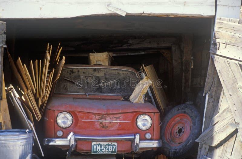 Une vieille voiture rouge dans un garage du colorado photo for Voiture dans un garage