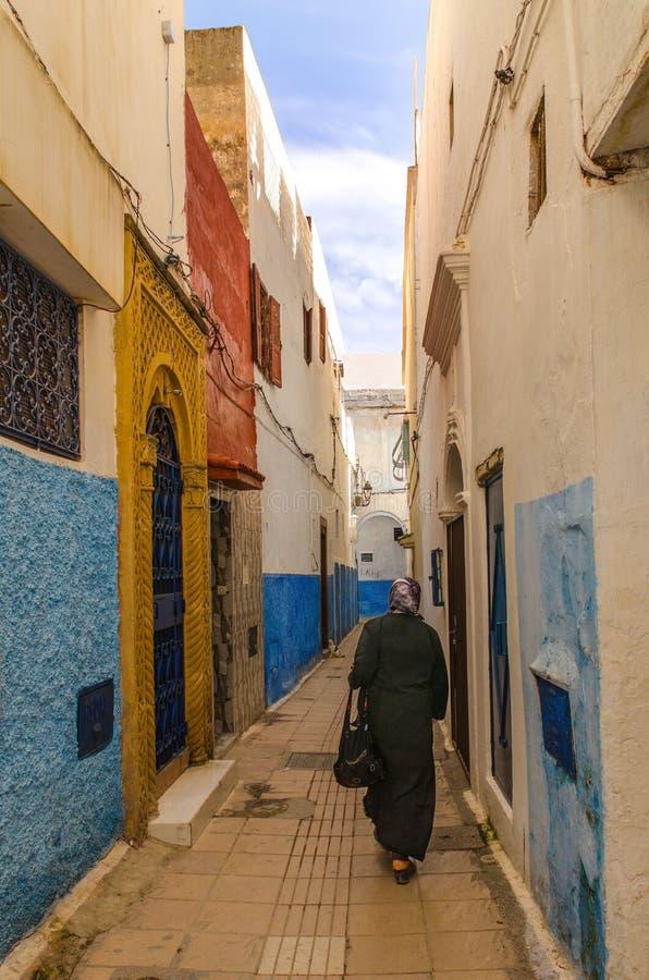 Une ville étonnante au Maroc, Rabat, la Médina, rues étroites, murs colorés, passage étroit - rue, photo stock
