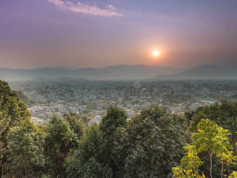 Une ville brumeuse de pokhara d'ensemble du soleil de jour photographie stock