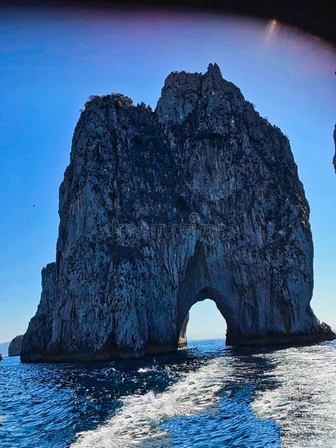 une voûte de roche en mer images stock