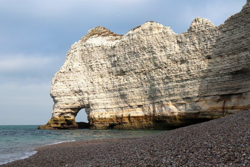 Une voûte naturelle dans les falaises de craie blanches d'Etretat photos stock