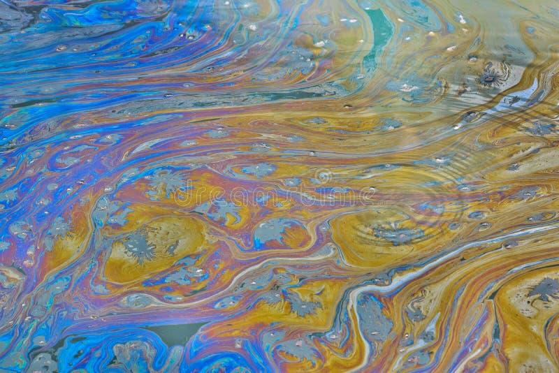 Une voie d'eau du Texas avec un film pollué huileux la couvrant photographie stock