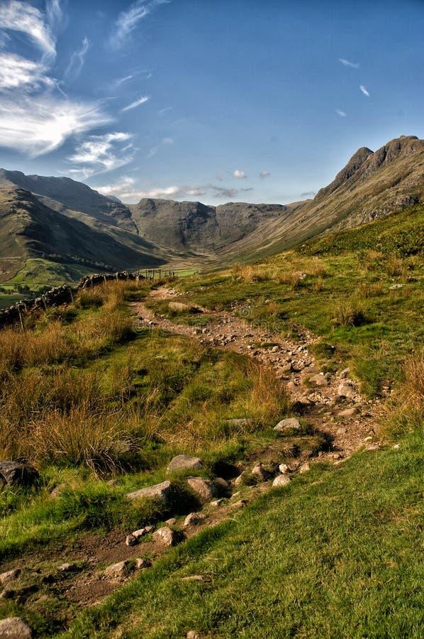 Une voie dans les collines du secteur de lac, Angleterre, R-U image libre de droits
