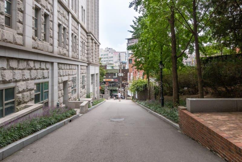 Une voie derrière l'université College of Political Science and Economics en Corée, Séoul, Corée du Sud image stock