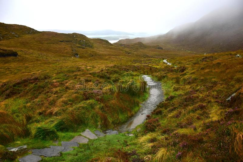Une voie par le parc national de Connemara en Irlande photo stock