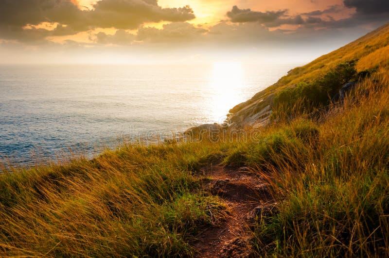 Une voie secrète à la belle falaise inconnue scénique pendant le coucher du soleil images stock