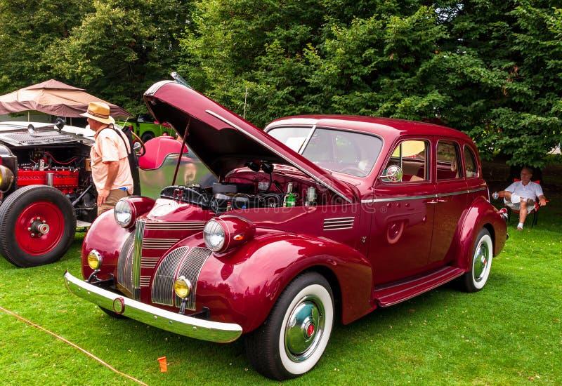 Une voiture ancienne colorée marron photo stock