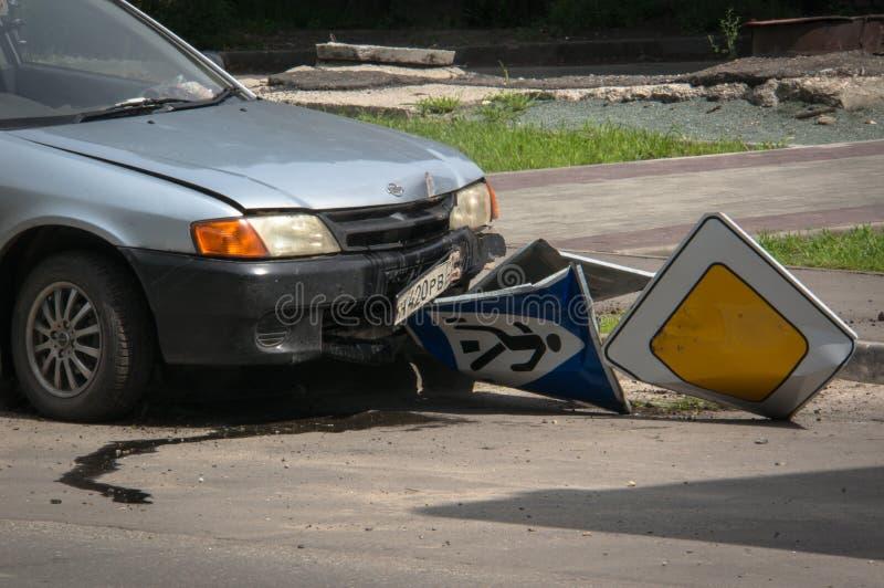 Une voiture avec une panne le long photos stock