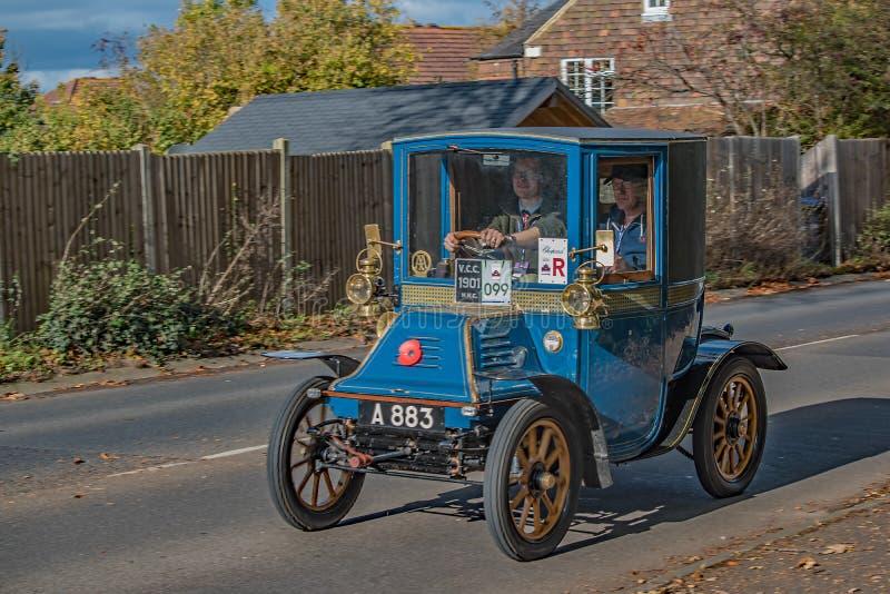 Une voiture bleue de vintage participant au rassemblement de Londres-Brighton passant par Burgess Hill Sussex le 5 novembre 2017 photo stock