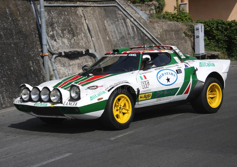 Une voiture de course de Lancia Stratos pendant un procès synchronisé de vitesse photos stock