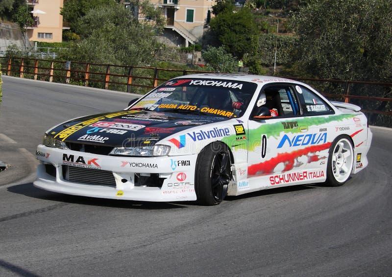 Une voiture de course de Nissan Skyline pendant un procès synchronisé de vitesse photos stock