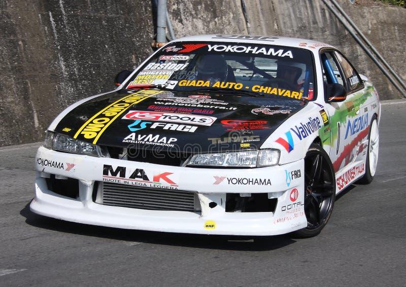 Une voiture de course de Nissan Skyline pendant un procès synchronisé de vitesse photographie stock libre de droits