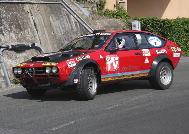 Une voiture de course de Romeo Alfetta GTV d'alpha pendant un procès synchronisé de vitesse photographie stock