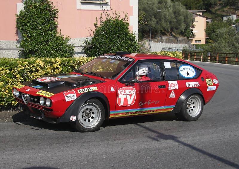 Une voiture de course de Romeo Alfetta GTV d'alpha pendant un procès synchronisé de vitesse photos libres de droits