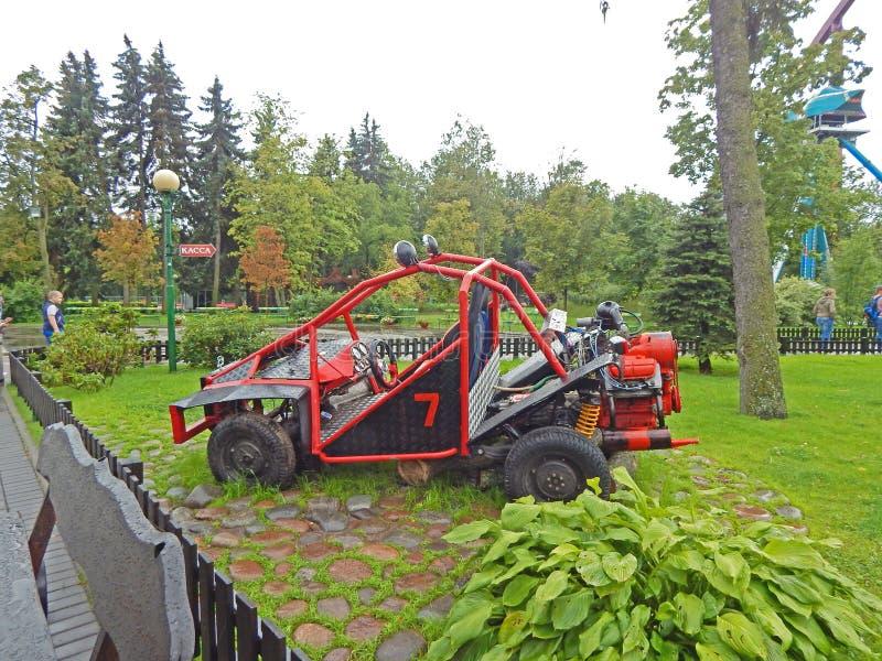 Une voiture de course sur la pelouse en parc d'attractions images stock