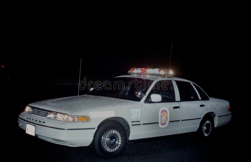 Une voiture de police à un appel d'urgence photo libre de droits