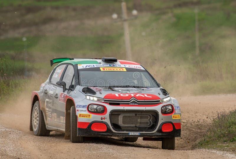 Une voiture de rallye Citroen C3 R5 en course images stock