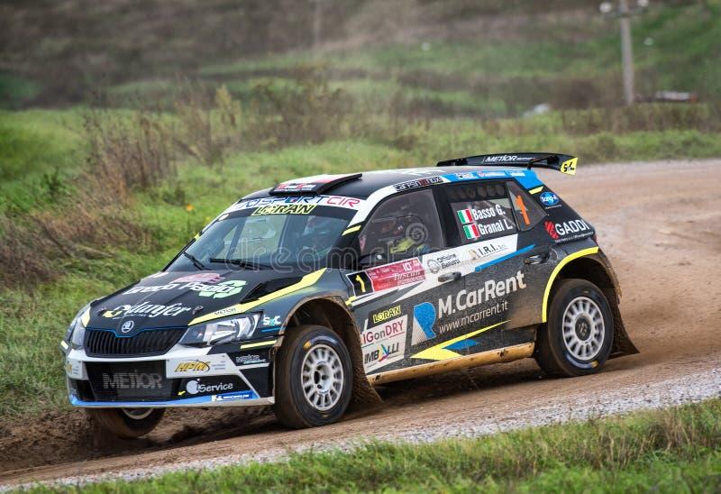 Une voiture de rallye Skoda r5 en course images stock
