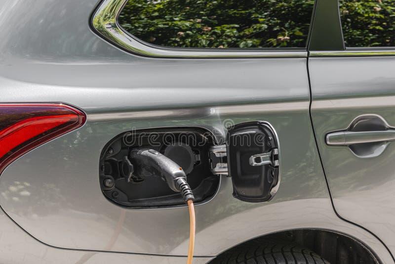 Une voiture de tourisme est électriquement chargée photo libre de droits