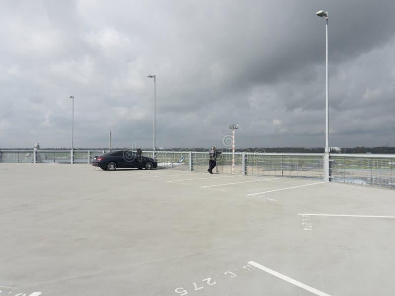 Une voiture isolée dans un parking vide photographie stock libre de droits