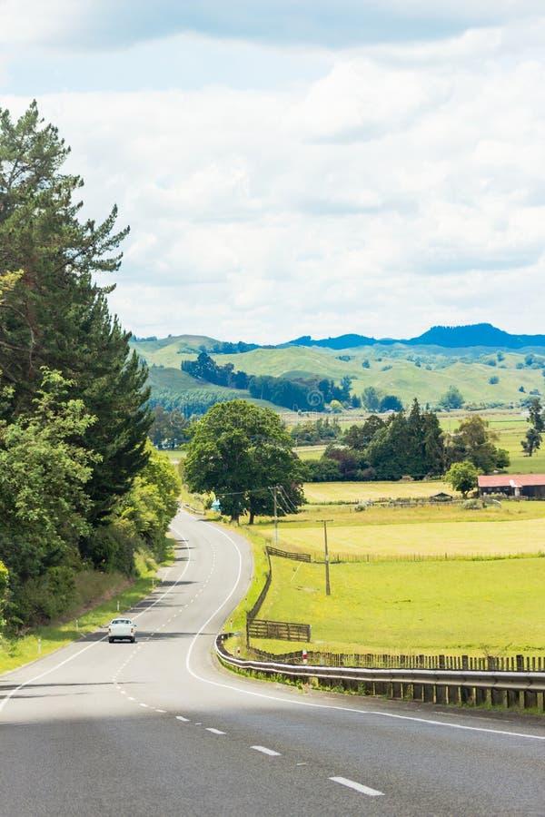 Une voiture voyageant le long d'une route de campagne photographie stock