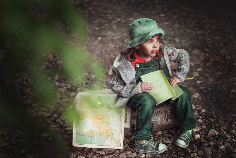 Une voyageuse de petite fille images stock