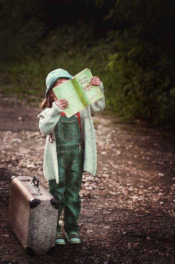 Une voyageuse de petite fille photos libres de droits