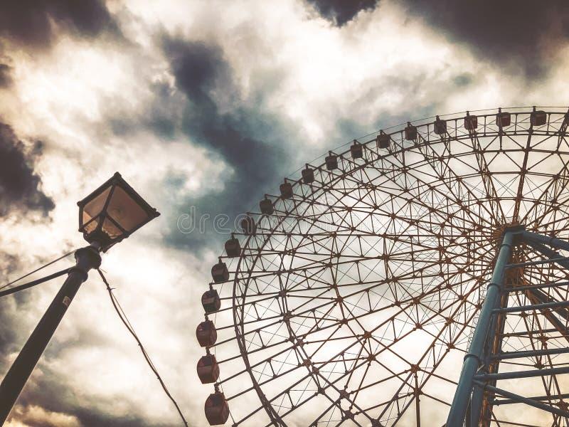 Une vue à couper le souffle de la roue de ferris contre le ciel du fond du dessus du parc de Mtatsminda sur le funiculaire à Tbil photographie stock