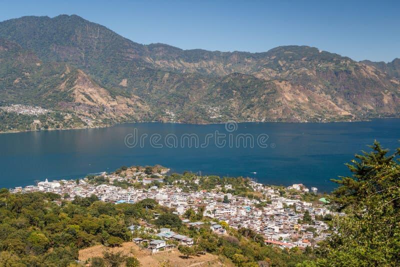 Une vue à la ville de San Pedro La Laguna sur le lac Atitlan photo libre de droits