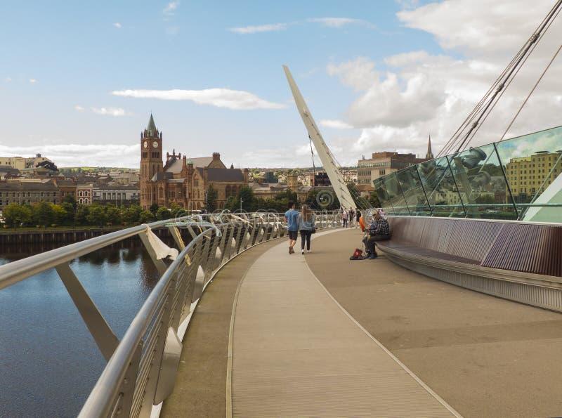 Une vue à travers la rivière Foyle du pont iconique de paix à la guilde célèbre Hall de ville de Londonderry photo stock
