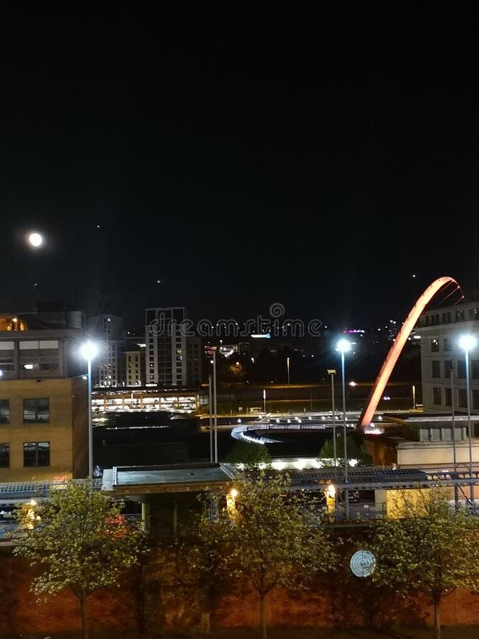 Une vue égalisante vers le bord du quai de Newcastle rentrant le pont de millénaire photographie stock