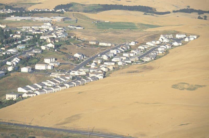 Une vue aérienne d'un ensemble immobilier privé et d'un champ de blé photos stock