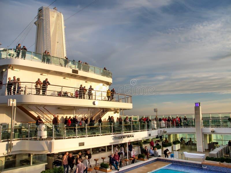 Une vue aérienne d'un espace piscine de luxe de bateau de croisière photographie stock