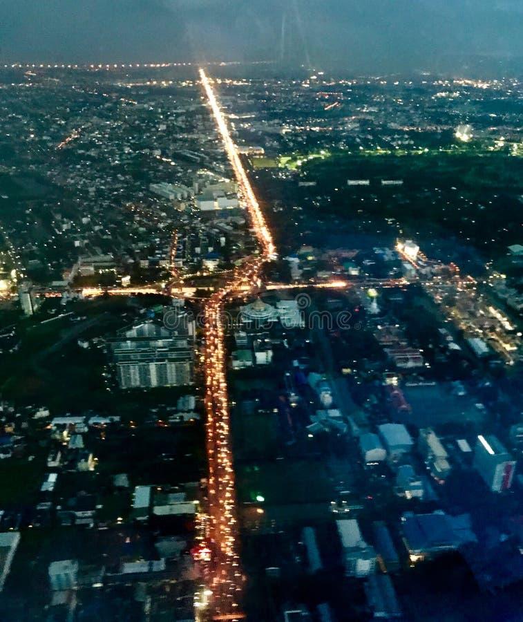 Une vue aérienne de nuit montre le secteur de ville images stock